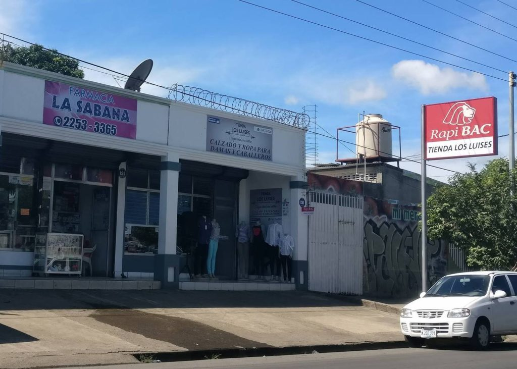 Estamos ubicados Frente a Farmacia La Sabana